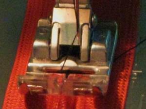 Centre foot over zipper coil
